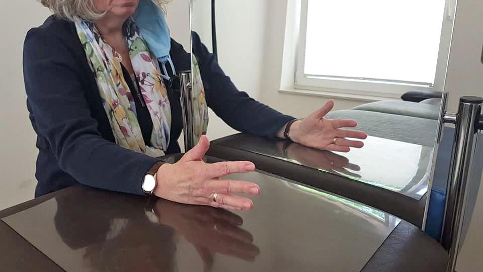 Spiegeltherapie bei Schlaganfall