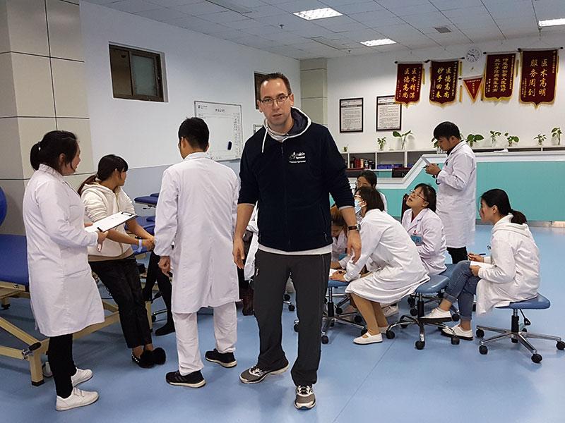Thomas Sprenkel mit seinen chinesischen Kollegen